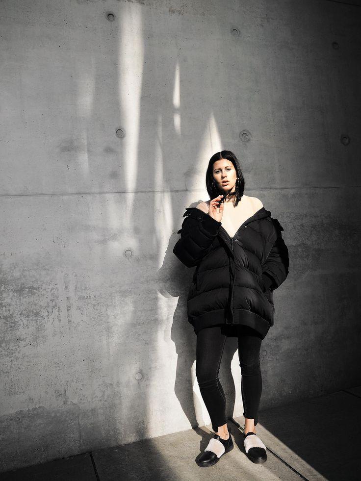 Elisa from www.schwarzersamt.com is wearing H&M Down Jacket, puffer jacket, WEEKDAY jeans, ZIGN shoes, H&M TREND shirt, Streetstyle Berlin,    source: https://schwarzersamt.com/down-jacket-debate/