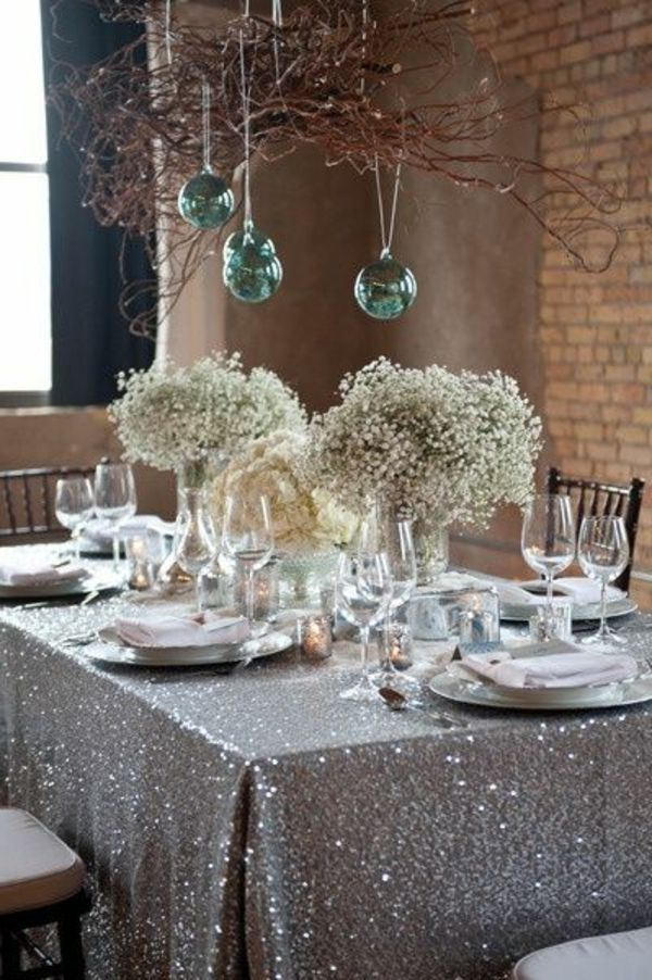 silberne Tischdecke und Blumen als Dekoration