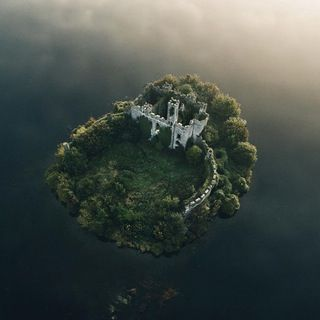 Castle on an island, Ireland : pics