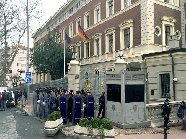 Wegen einer Terrorwarnung in Istanbul wurden das deutsche Generalkonsulat, die deutsche Schule und die deutsche Botschaft geschlossen.