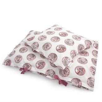 Flot og stilet sengetøj fra danske Amala. Juniorsengetøjet har smukt indisk mønster i rosa på en hvid baggrund. Hurtig dag-til-dag levering.