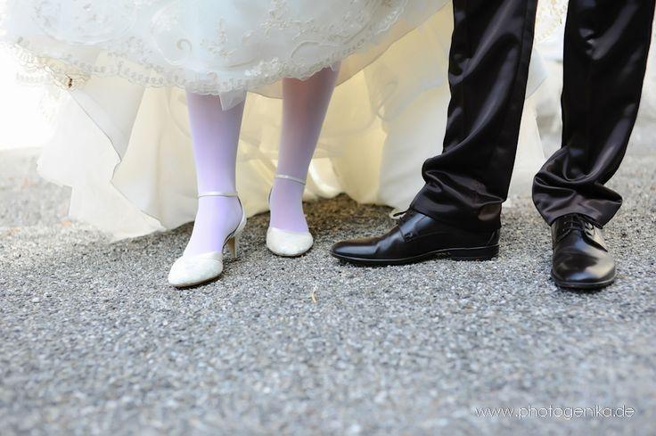 Hochzeit Brautschuhe Pumps weiß mit Riemchen und Satinband schwarzer Lederschuh Bräutigam