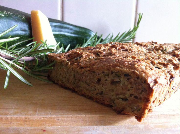 Heerlijk courgette, rozemarijnbrood. Recept van Simone's kitchen.  Alleen de  amandelmeel voor 75% vervangen door volkoren speltmeel.
