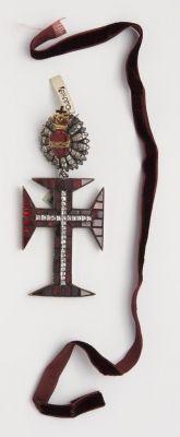 Mellkereszt - a Pápai Krisztus Rend középkeresztje; 19. SZÁZAD 2. FELE, Portugália;  almandin; arany; hosszúság: 6,9 cm (kereszt)  | Iparművészeti Múzeum