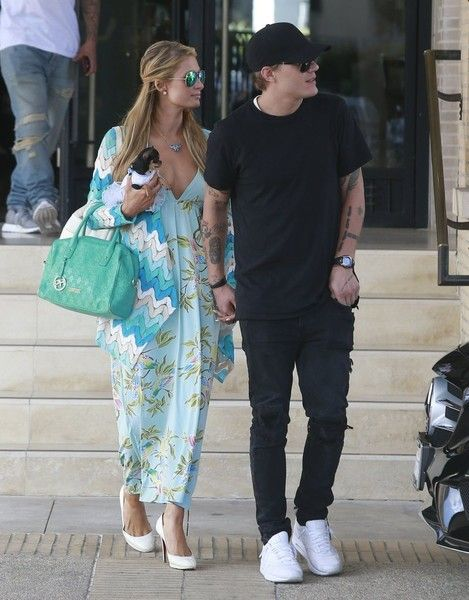 Paris Hilton Photos Photos - Heiress Paris Hilton and her boyfriend Chris Zylka are spotted out shopping in Beverly Hills, California on April 3, 2017. The pair stopped at Barneys New York before continuing on their shopping spree. - Paris Hilton & Chris Zylka Out Shopping In Beverly Hills