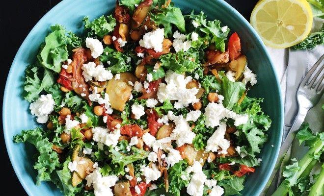 En salat med substans, smag, forskellige slags tekstur og en farvekombination der tiltaler ved middagsbordet.