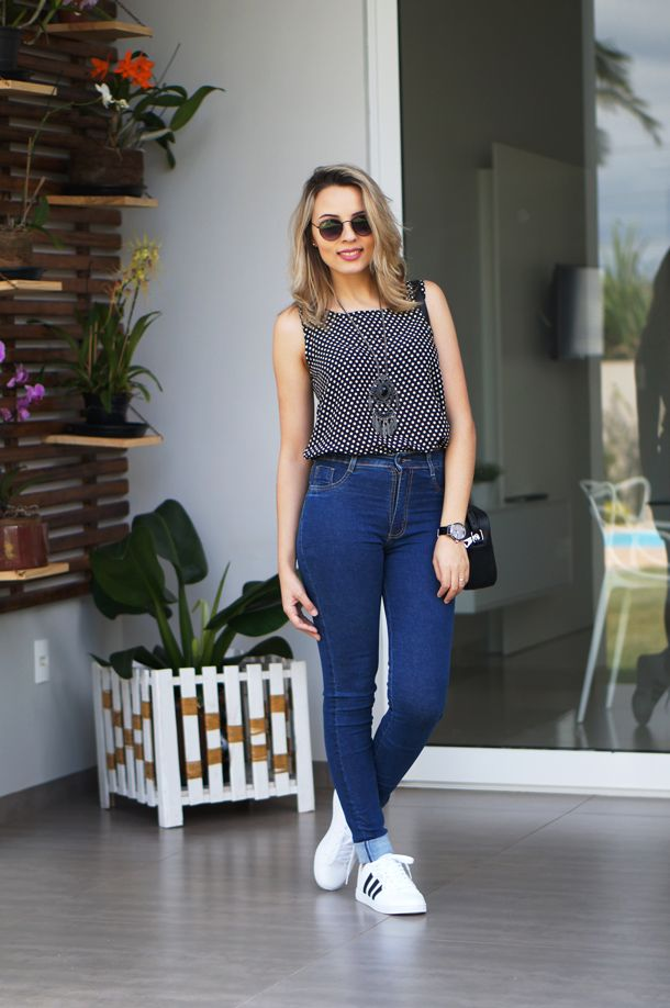 Truqe Feminino: calça cintura alta; Tênis branco, blusa poá