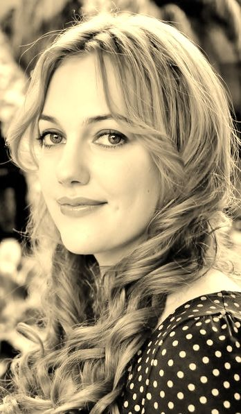 Meryem Uzerli, За три года она окончила школу и принимала участие в небольших театральных проектах. В Гамбурге получила основное образование.  Известие о съёмках сериала Великолепный век, застало Мерьем за работой во Франкфурте,  Съёмки готовились начать в Турции и актриса , владеющая многими языками, решилась попробовать свои силы и пройти кастинг. Хотя именно турецкий язык, был не самым совершенным в копилке знаний Мерьем