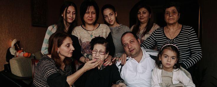 Hripsimé Haji Sargsyan -Los turcos llamaron afuera a sus abuelos, quienes se negaron a dejar la casa y fueron inmediatamente asesinados. Los turcos se llevaron a Hripsimé, a su madre y a su tía, obligándolas formar una fila. Recuerda que un hombre, montado en un caballo, las ayudó a escapar. Fueron puestas en un tren y, finalmente, trasladadas a Bulgaria. Según Hripsimé, fueron a Grecia el mes siguiente, luego de descubrir que su padre estaba vivo allí, tras escapar del Imperio Otomano.