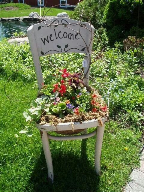 """Ein alter Stuhl, ein """"Welcome"""" drauf und mit robusten Stauden bepflanzen. Super"""