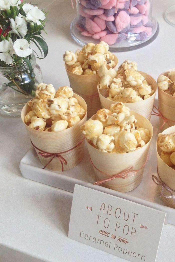 Tasse avec maïs éclaté au caramel, cadeau de fête Baby shower, fleurs blanches dans un vase   – Dekoration