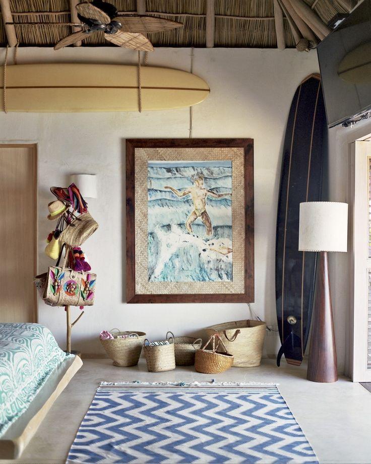 Schilderij uit Tahiti, staande lamp van Johann Ackermann, rieten manden uit Zanzibar, Mexico en Ibiza, kleed van Roberta Roller Rabit - Let's stay here: het Captain Fantastic leven en huis van fotograaf Anne Menke in het Mexicaanse Sayulita