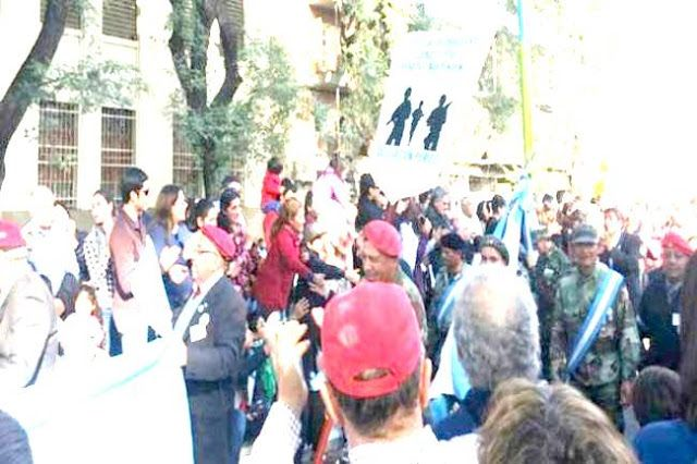"""LA CARA DE LA REPRESIÓN ILEGAL EN TUCUMÁN   Un cambio de terror: Militares del Operativo Independencia en el desfile del Bicentenario Asistieron al acto encabezado por el presidente Mauricio Macri y marcharon junto a los veteranos de Malvinas. La Secretaría de Derechos Humanos de la Provincia emitió un comunicado. """"Es inaceptable"""" expresaron. El denominado """"Operativo Independencia"""" acabó con la vida de decenas de jóvenes militantes tucumanos y dio pie al inicio de la sangrienta dictadura…"""