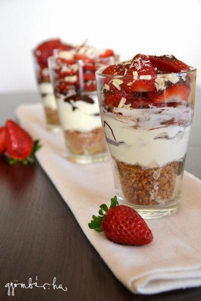 Poharas cheesecake desszert, eperrel, fehercsokoladeval diszitve