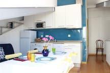 Apartment in Lisboa, Portugal. O apartamento localiza-se em Alfama, talvez o bairro mais histórico e carismático de Lisboa. Este charmoso e aconchegante apartamento, cheio de luz e com vista rio, fica num 4º andar de um prédio sem elevador. Devido à sua situação geográfica, pod...