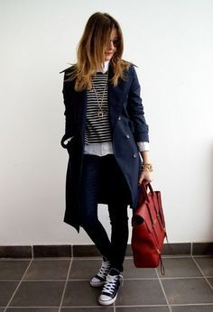 ネイビーのトレンチコートは、ベージュとはまた違った表情に。同様のネイビートーンで合わせて赤のバッグをさし色にカジュアルな中にも女性らしさを。