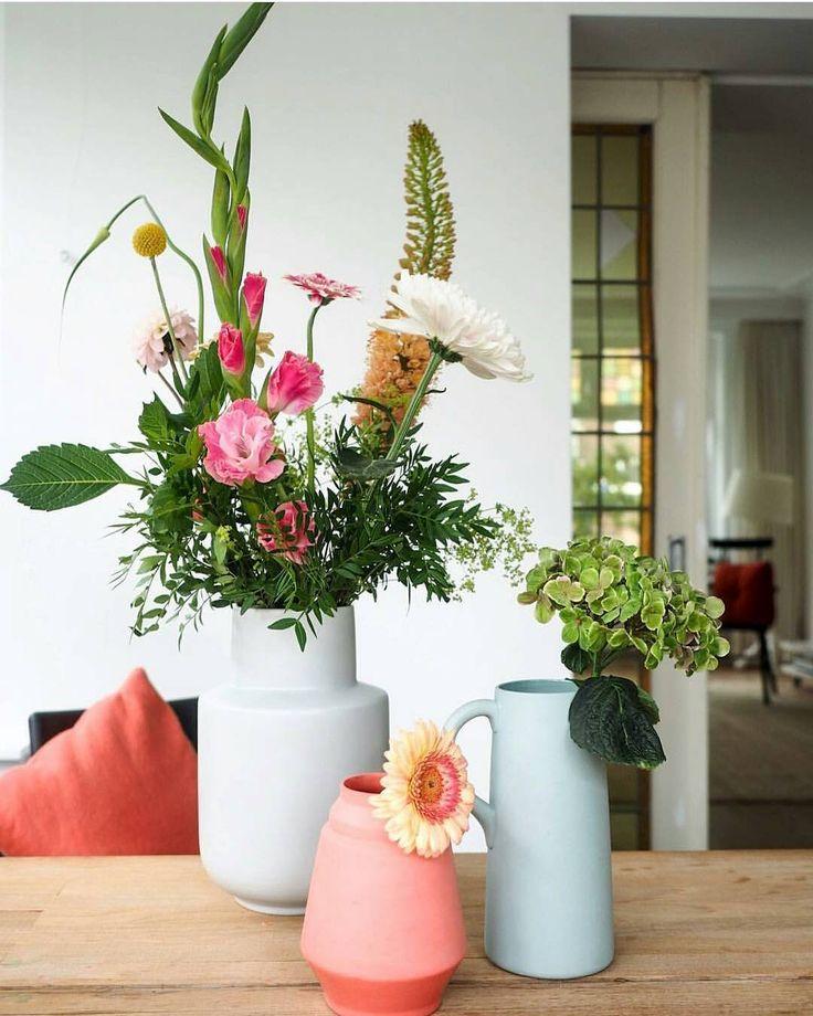Foto van @sproetinhuis Ik kom zojuist deze mooie foto met budgettip tegen en die wil ik jullie echt niet onthouden. De grote keramieken vaas (linksachter) komt namelijk uit de nieuwste collectie van Ikea en is te koop voor 999. Wat een leukerd hè?