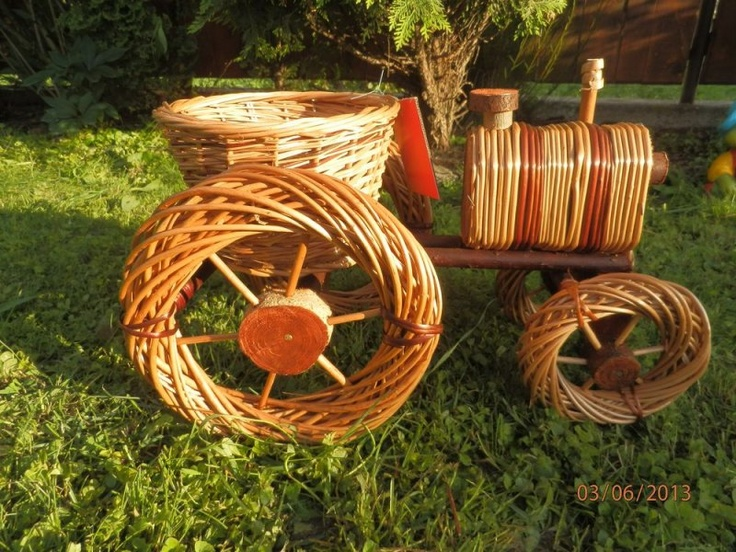 Pletený traktor využívaný ako črepník