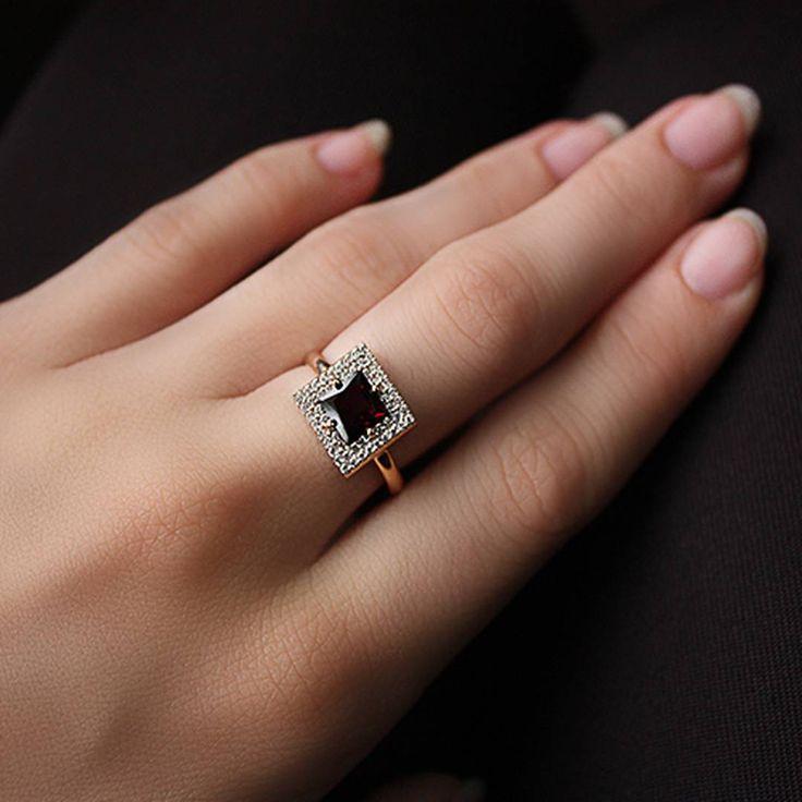 У многих народов гранат считался камнем влюблённых, украшения с ним дарили в знак доверия и преданности. Люди верили, что самоцвет способен «притянуть» к человеку его вторую половину и подарить семейное счастье.  Золотое кольцо с гранатом и фианитами.  #ring #zlato_ua #gold #jewelry #fashion #ukrainejewelry #gold #jewelrykiev #kievshop #style #украшение #кольцо