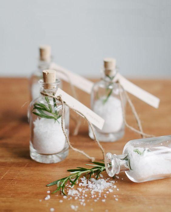 Aujourd'hui j'avais envie de vous parler d'un sujet que j'aime particulièrement dans la déco de table des mariages : les cadeaux invités. Exit les fameux sachets à dragées (…