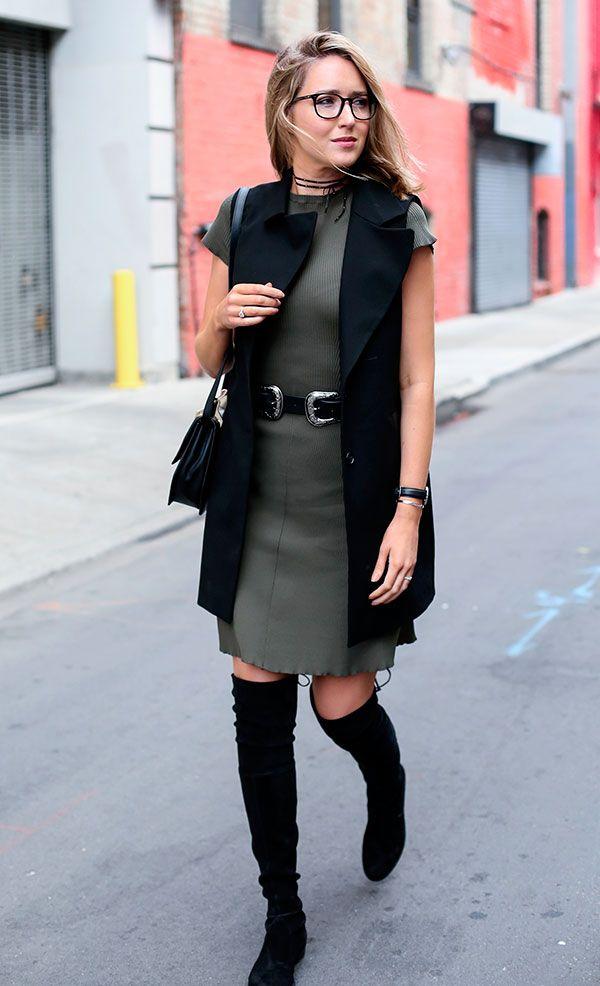 O vestido tubinho fica discreto com colete de alfaiataria e jovial com a bota de cano longo