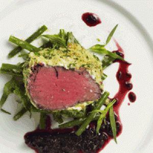 Oksemørbrad med sennepsskorpe, rødvinssauce og grønne bønner opskrift