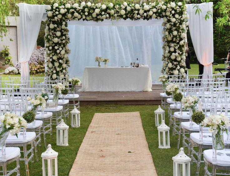 Arco de mil flores blancas y sillas tiffany de acrílico para una lindísima ceremonia al aire libre  by Mercedes Courreges Ambientaciones                                                                                                                                                      Más