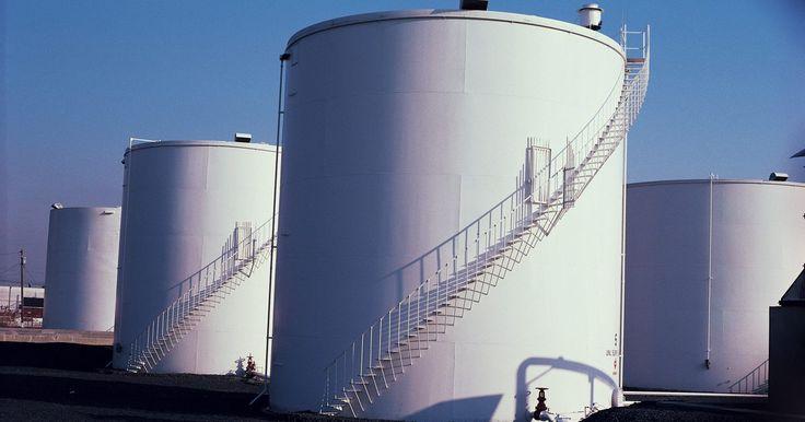 Tipos de tanques de techo flotantes. Los tanques de techo flotantes disponen de grandes tejados de metal que descansan sobre la superficie del líquido que está siendo almacenado, subiendo o bajando en conjunción con el volumen total del mismo líquido. Los tanques industriales suelen usar techos flotantes al almacenar productos de petróleo y sus derivados, lo que ayuda a reducir y ...