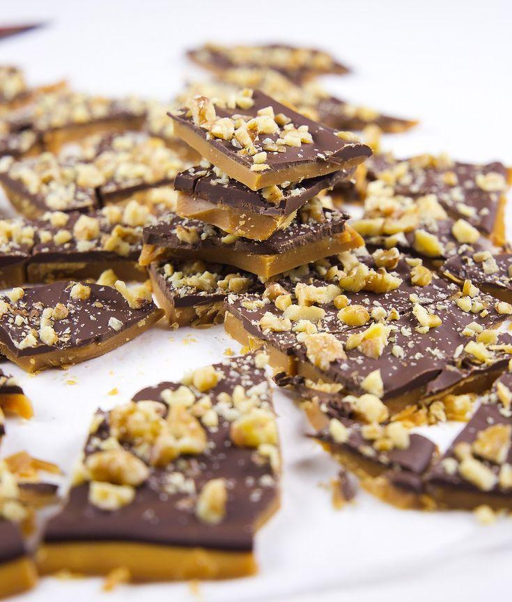 Krispig och knäckig daimbräck med choklad och nötter. ÅH så god! Underbart julgodis som räcker för många. Ca 35-40 bitar daimbräck 450 g smör 4,5 dl socker 0,5 dl vatten 1,5 tsk vaniljsocker Chokladgarnering: 250 g mjölkchoklad 100 g mörk choklad Nötter som garnering (kan uteslutas): 2 dl grovhackade nötter av valfri sort (tex mandel, pekan-, hassel- eller valnötter) Gör såhär: Börja med att grovhacka nötterna och ställ åt sidan. Klä en långpanna, 30×40 cm, med bakplåtspapper och ställ åt…