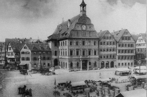 Auch die Vorgänger des heutigen Rathauskomplexes standen alle am Marktplatz. Es wird angenommen, dass das erste noch gräfliche Rathaus am Marktplatz 5, dem heutigen Haufler'schen Haus stand, und zwar schon um 1400. Damals galten sie eher als Kaufhäuser denn als Amtsstuben. Das Rathaus wurde über die Jahrhunderte mehrfach umgebaut und erweitert. Foto: Stadtarchiv