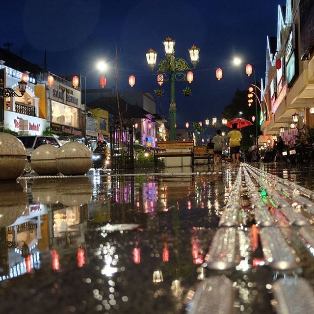 Hunting foto di malioboro memang tidak ada habisnya... #jogja #wisata #cagarbudaya #wonderfulljogja #explorejogja #hunting📷 #fujifilm #tempodulu #berandajogja #infojogja #streetfotography #photography #jogjaistimewa #malioboro #infographic #jalan2man #jalanjalan #ayodolan #wonderfullindonesia #indonesia #yogyakarta #malioboro #malioborostreet #fujifilmxt10 #fuji #nightphotography #malioborojogja #jogjainfo #dolanjogja