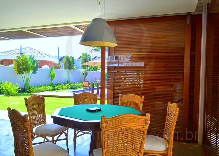 A edícula na lateral da residência abriga uma maravilhosa sala de jogos, com mesa de bilhar, mesa de carteado, frigobar e um charmoso lounge.