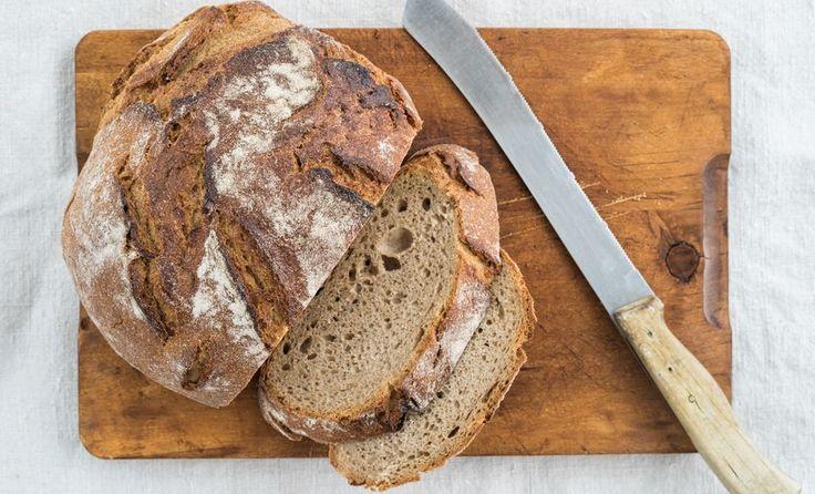 Sauerteigbrot mit Brotmesser