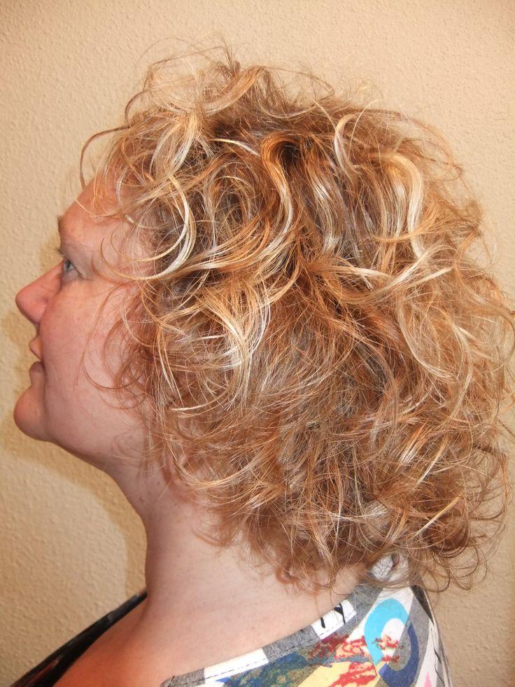 Prachtige Krullen geknipt bij krullenkapper Haarstudio DUET & friends te Hengelo. hairstyles.  Dit is natuurlijk krullend haar, geen permanent en NIET geknipt met de Curlsys methode van Brian Mclean, model is geknipt door krullenkapper, krullenspecialist, allround hairstylist. Marjan van Haarstudio Duet & friends in Hengelo.