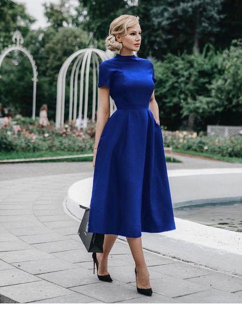 Blaues Kleid im Retro-Stil