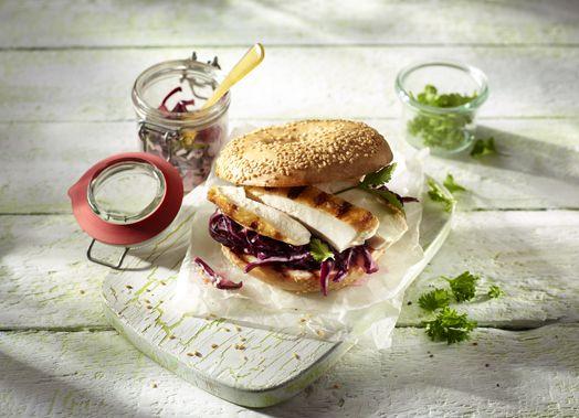 Bagel-Burger mit gegrillter Hähnchenbrust und rotem Coleslaw #Bagel #Burger #Haehnchenbrust #Haehnchen #Coleslaw #Rotkohl #grillen #Gefluegelideen #welovegefluegel