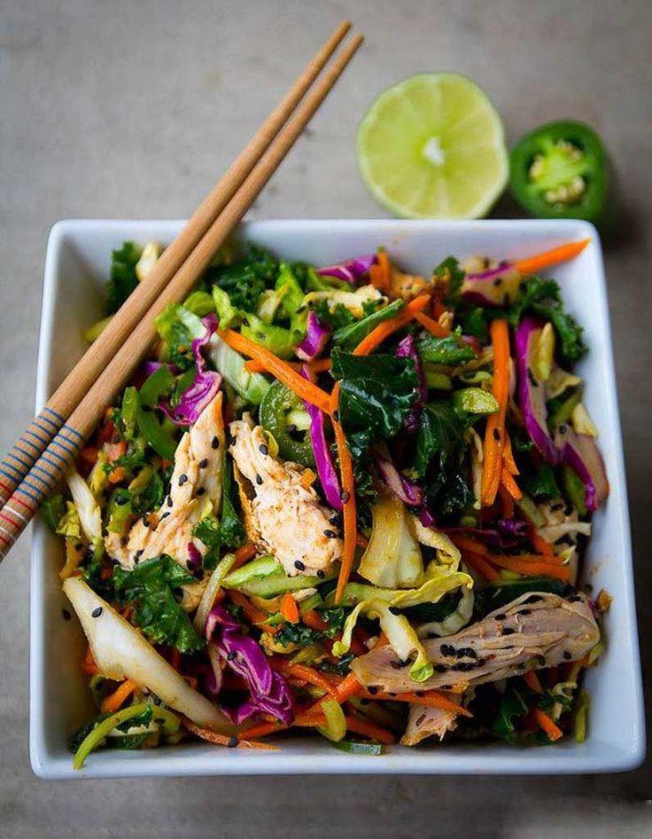 Colorée, savoureuse et healthy, la salade thaïe a tout bon. On mélange sans prise de tête carottes râpées, chou rouge, poivron, citron vert, coriandre, av...