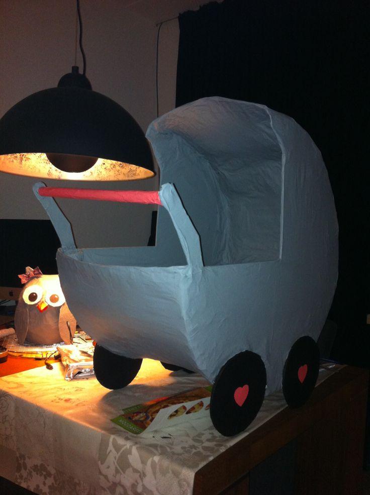 """Als surprise maakte we een kinderwagen met dubbele bodem voor een zwangere vriendin. Benodigdheden. Veel oude kranten, dunne geperste of mdf houten plaat, kippengaas, een buisje of pijpje voor het """"handvat"""", verf en mega veel geduld. #Handmade by M.E."""