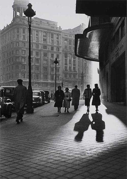 #Fotografía Francesc Català Roca @Qomomolo   - Gran Vía, Madrid, 1953
