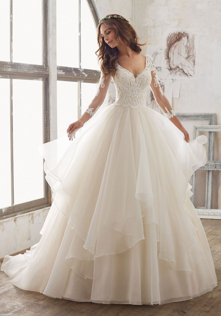 Vestido de Novia de Morilee (Maya), colección blu, corte princesa, escote en v, largo, con mangas #vestidodenovia #moda #modanupcial #morilee #corteprincesa #novia #boda #matrimonio #matrimoniocompe #wedding #dress #weddingdress #fashion #bridalfashion #bride #look