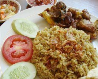 Nasi Kebuli merupakan makanan bernuansa Arab Timur Tengah. Nasi Kebuli, terdiri dari nasi yang mempunyai rasa legit lantaran telah dibumbui terlebih dahulu.
