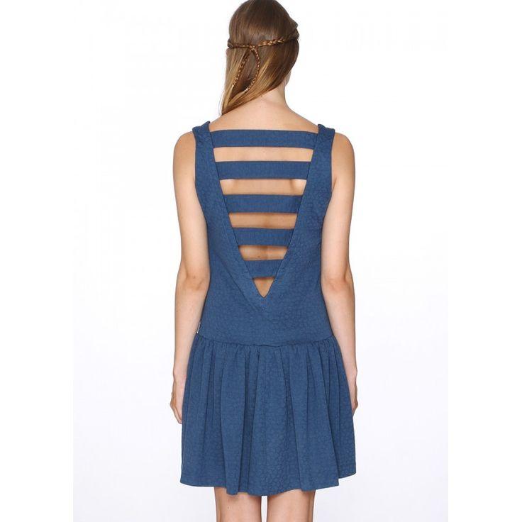 Vestido de tirantes y escote en U. Abotonado al frente. Espalda abierta en V y unida por cintas. Corte a la cadera y falda de vuelo. Tela en relieve texturizada. Color azul