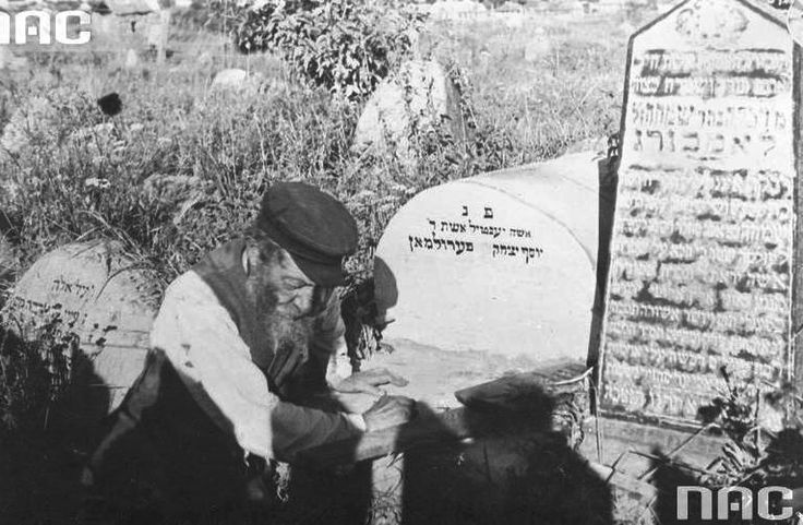 The old Jew from Nieswiez prays at the cemetery.
