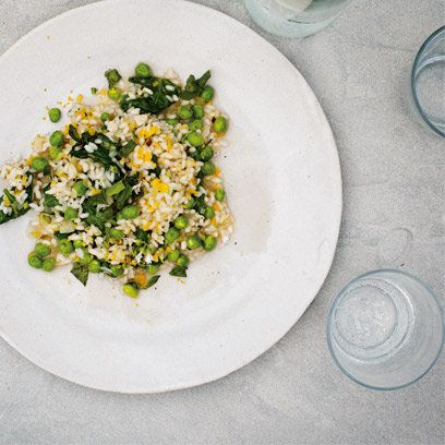 Risotto with peas - a fantastic healthy recipe from Gwyneth Paltrow's 'It's All Good'. Gwyneth takes away the stodgy ingredients like cheese and wine and replaces it with healthy vegetables instead.