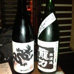 〝獺祭〟〝龍力〟〝亀泉〟・・・のラインが楽しめる赤坂の日本酒居酒屋。3周年ということで、特別瓶詰の〝亀泉〟の300mlボトルいただいちゃいました。このお店は上司に連れて行っていただきましたが、お酒もさることながら、料理も秀逸です。〝鳥刺し〟は…