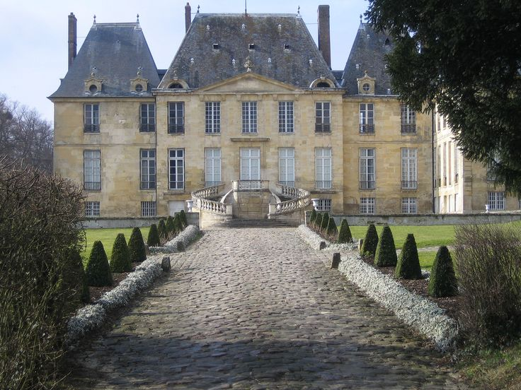 https://flic.kr/p/63WYVM | Château de Montgeroult | Bâti au XIIIème siècle sur le coteau qui domine la rive gauche de la Viosne, cet édifice construit à côté de l'église se remarque de loin dans le paysage. L'aile de droite ainsi que les vastes communs, invisibles ici (écuries notamment), ont été ajoutés au XVIIIème siècle (cf. R Vasseur).