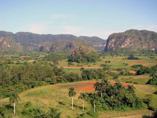 Долина Виньялес (Valle de Vinales) \ Куба \ Пинар-дель-Рио Табачные плантации, древние пещеры аборигенов. Организуется экскурсии на джипах.
