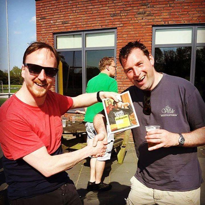 Michiel Westerhuis is de winnaar van onze viltjes actie! Hij spotte ons viltje op Bierfestival Groningen en deelde hem op Facebook. Schuim toog naar het Harense VV Gorecht om hem zijn prijs te overhandigen. Proost Michiel en veel leesplezier!