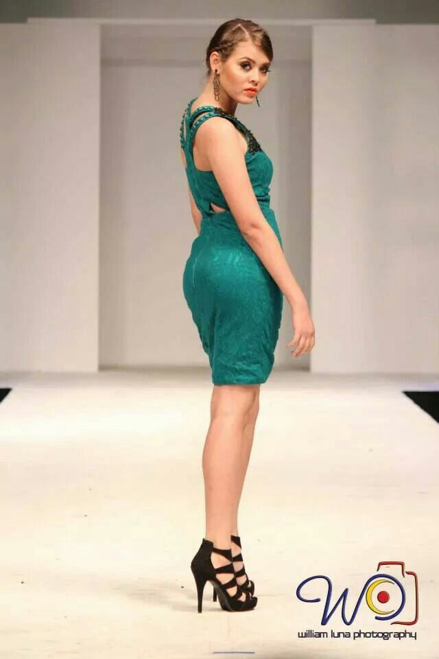 Short green dress by Rebeca Ruiz Galloza. Rasgos Collection