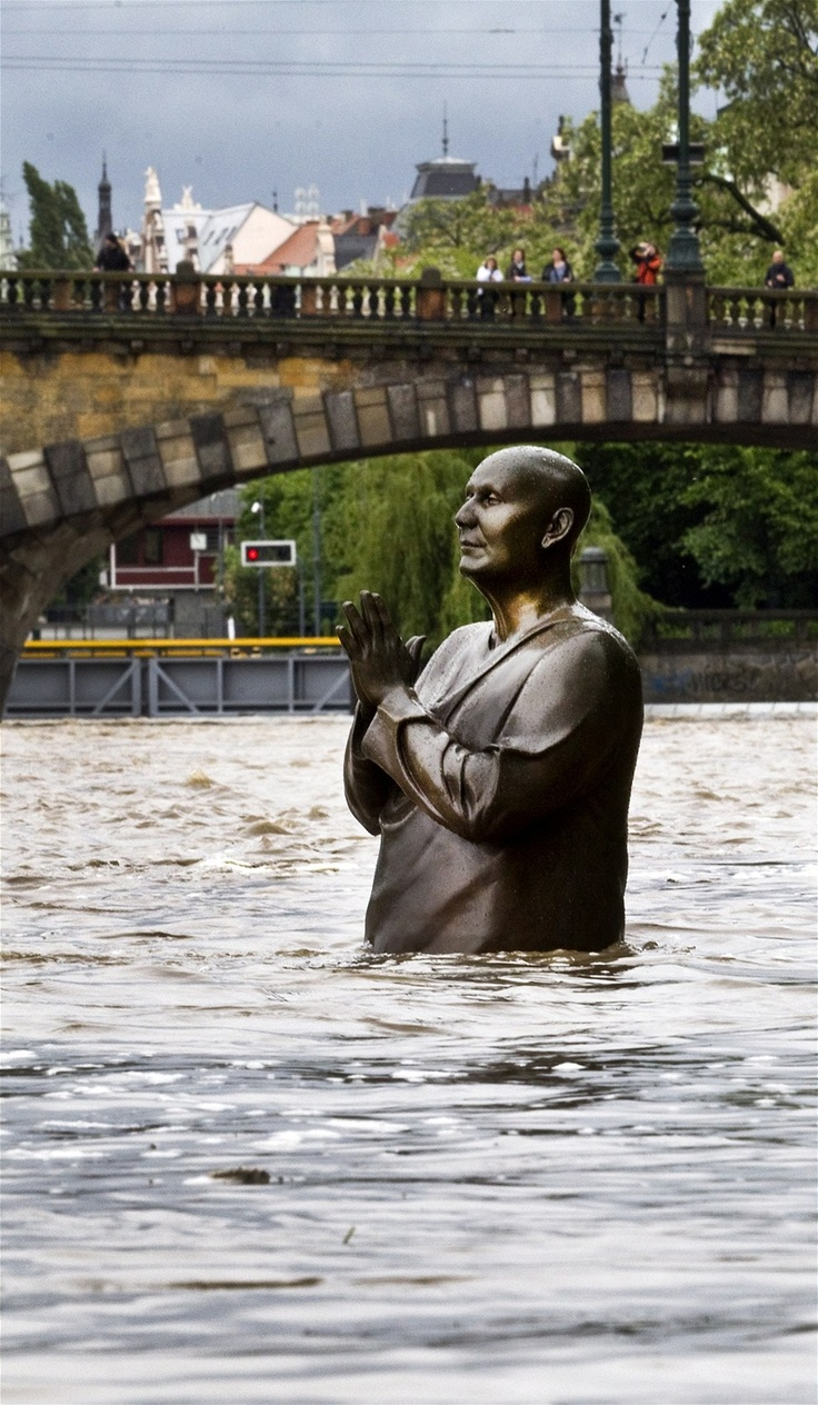 Povodně Praha - červen 2013: Socha se sepjatýma rukama u Musea Kampa v Praze vystihuje situaci.